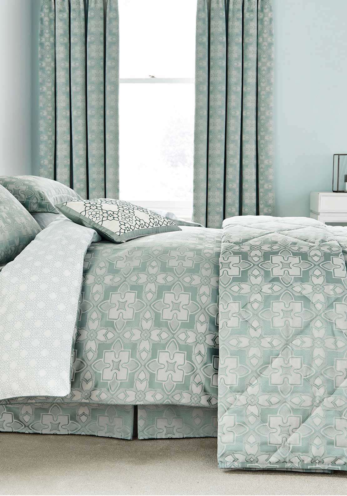 V & A Quatrefoil Double/King Quilted Throw, Aqua